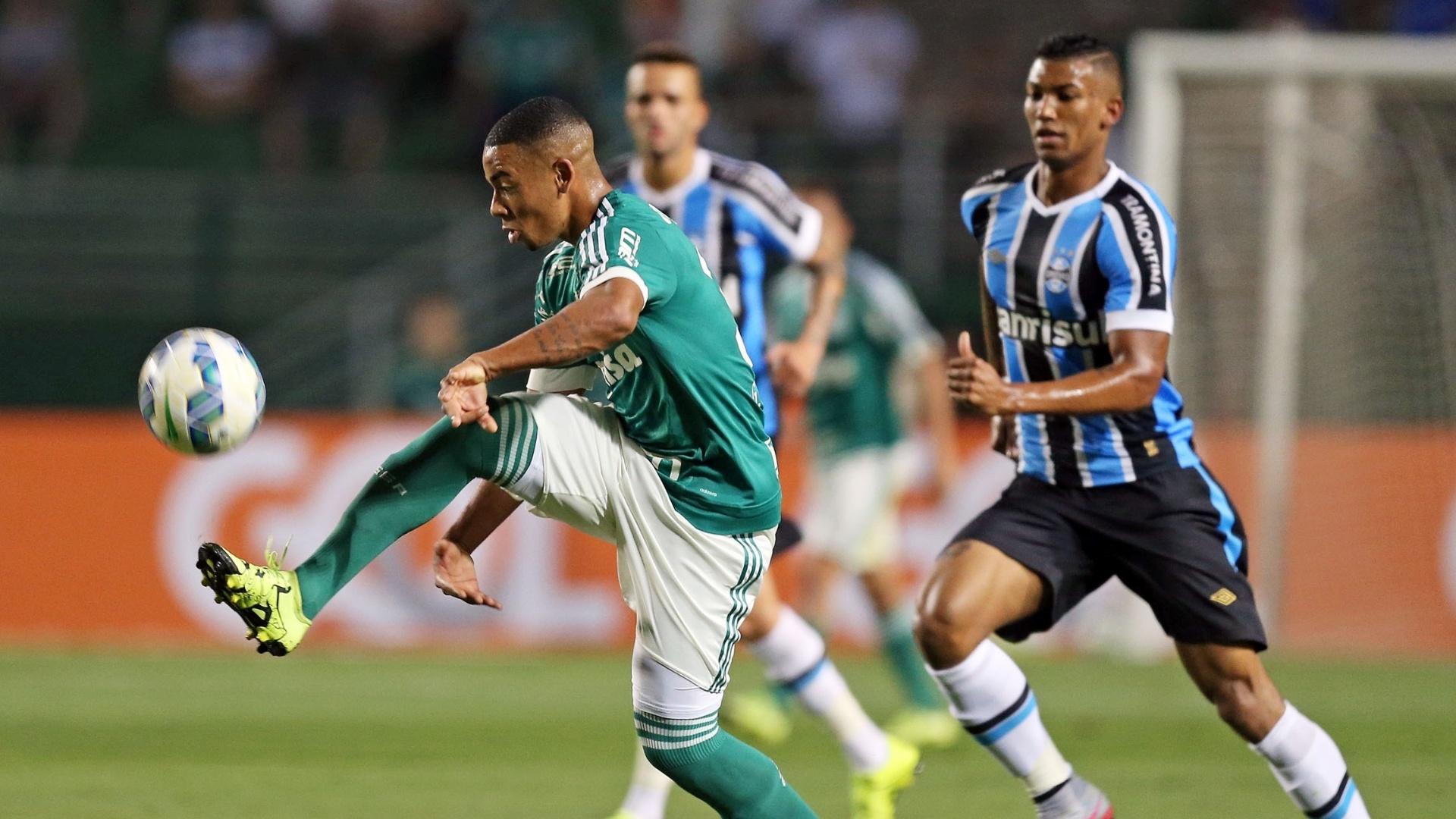 Gabriel Jesus conduz a bola durante o confronto entre Palmeiras e Grêmio
