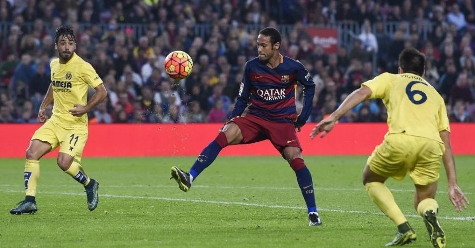 Neymar se prepara para aplicar chapéu em Jaume Costa. Brasileiro fez gol antológico