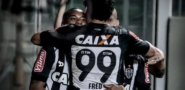 Fred abraça Robinho em comemoração de gol do Atlético-MG diante do Santa Cruz
