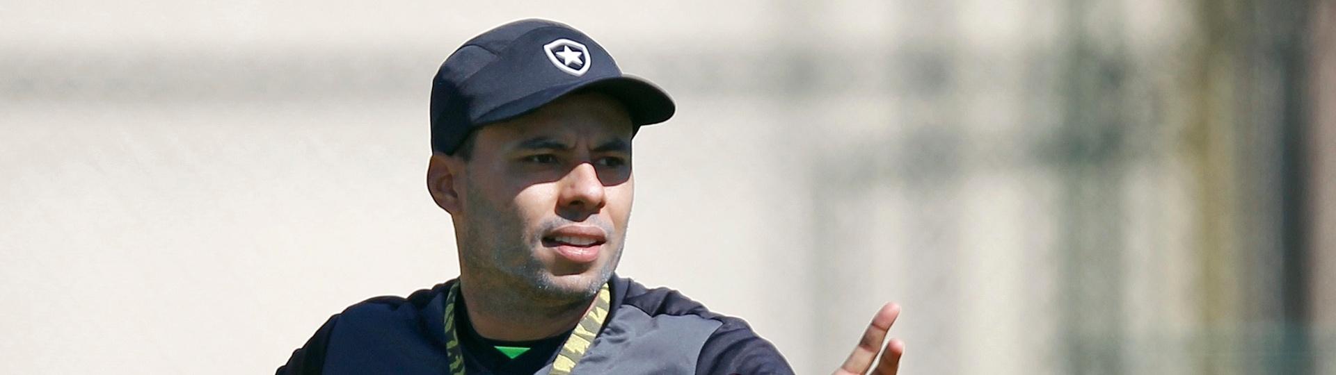 Jair Ventura comanda treino no Botafogo em General Severiano
