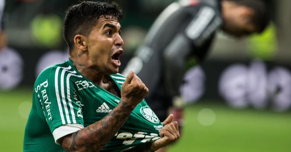 Dudu comemora o gol marcado para o Palmeiras sobre o Santos