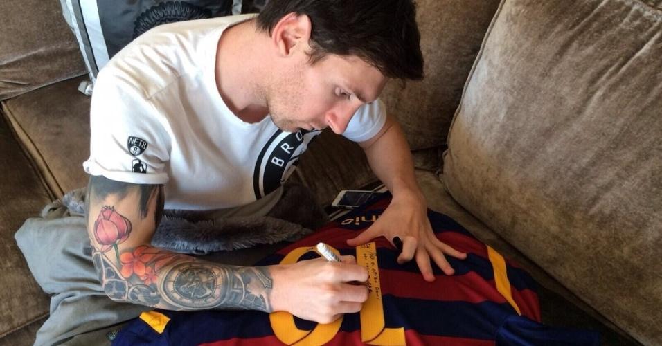 Messi autografa camisa para presentar Ronaldinho Gaúcho