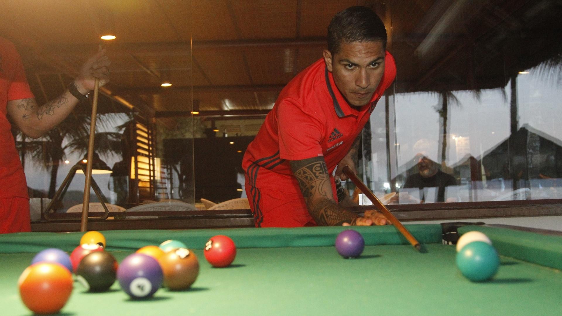 Paolo Guerrero joga sinuca em momento de folga do Flamengo em Mangaratiba