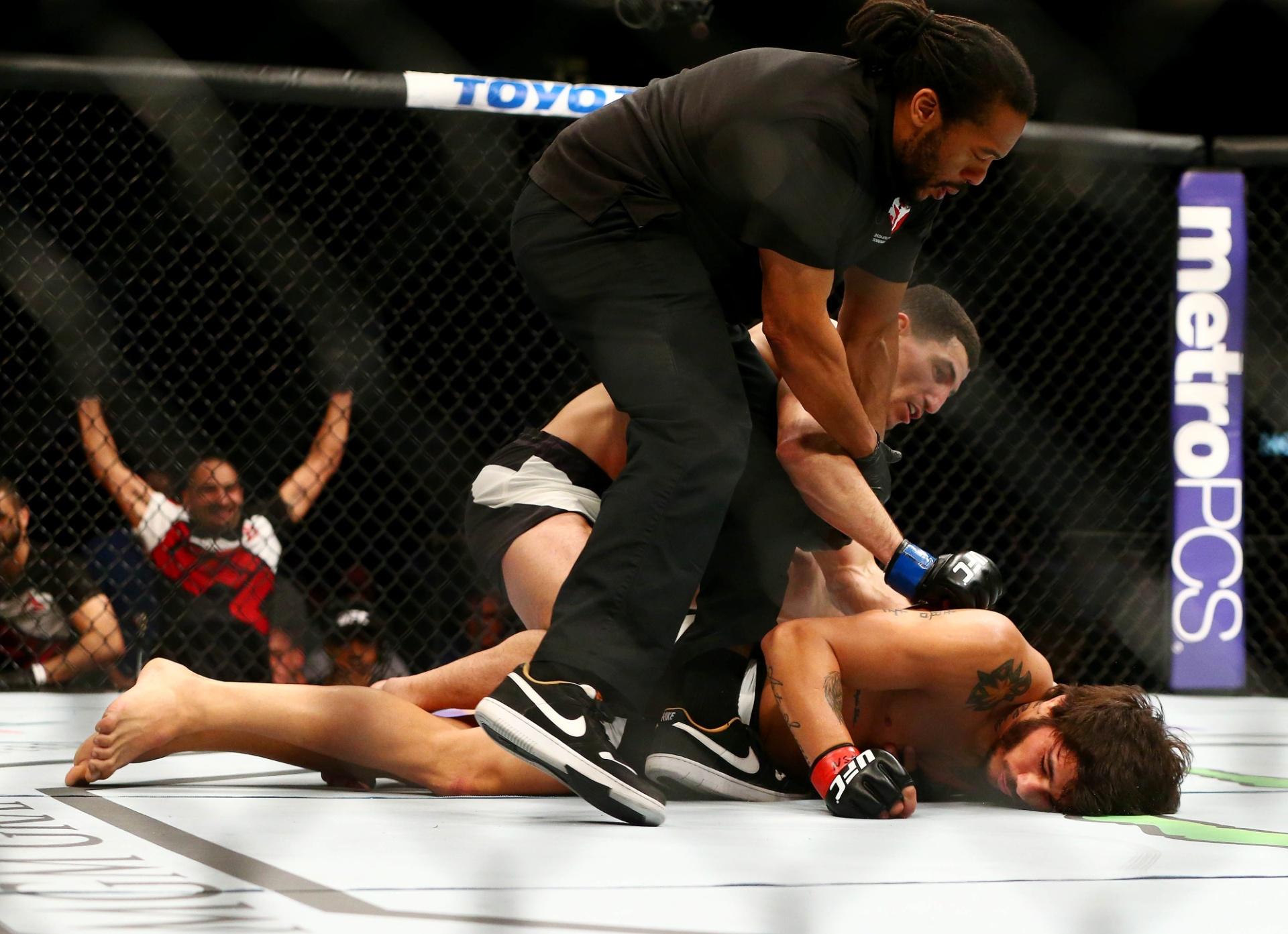 Erick Silva é nocauteado por Nordine Taleb no UFC 196