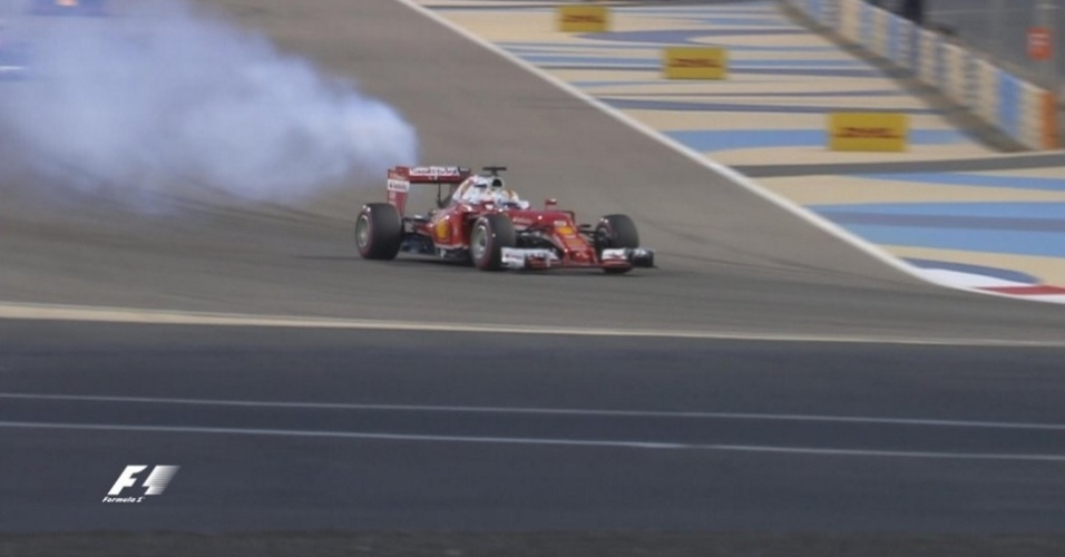 03.abr.2016 - Sebastian Vettel tem problemas no carro na volta de apresentação e abandona a corrida antes da largada
