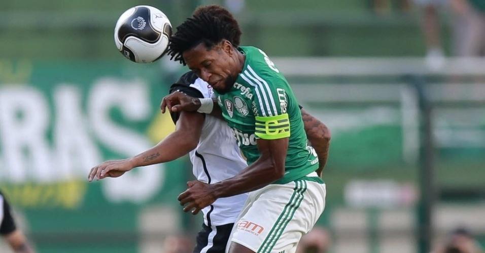 03.abril.2016 - Zé Roberto, capitão do Palmeiras, disputa bola aérea com jogador do Corinthians durante o clássico no Pacaembu