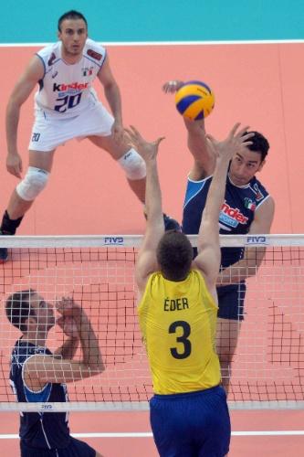 Emanuele Birarelli ataca contra o ataque de Éder