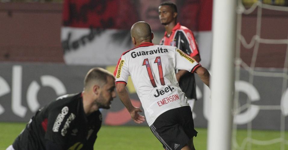 Emerson Sheik corre para comemorar o gol marcado na partida entre Flamengo e Joinville