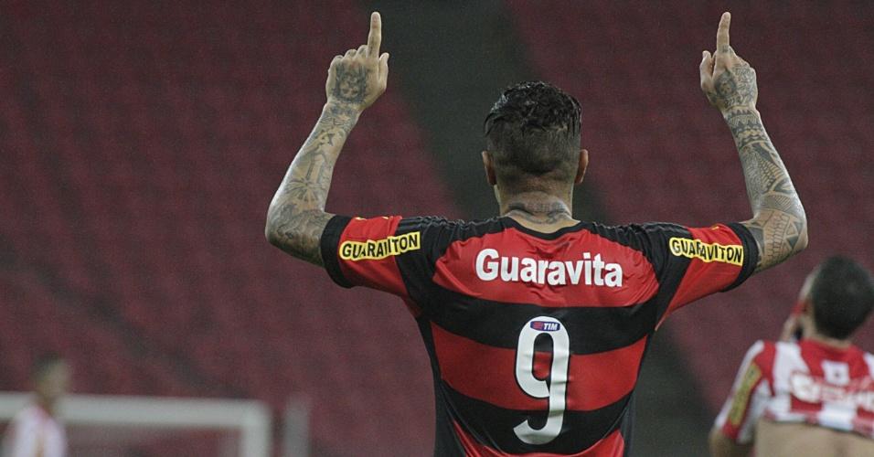 Paolo Guerrero comemora o gol marcado na classificação do Flamengo sobre o Náutico