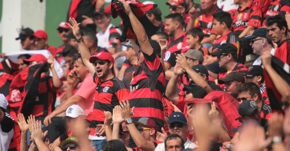 Torcida do Flamengo agita nas arquibancadas da Arena Condá