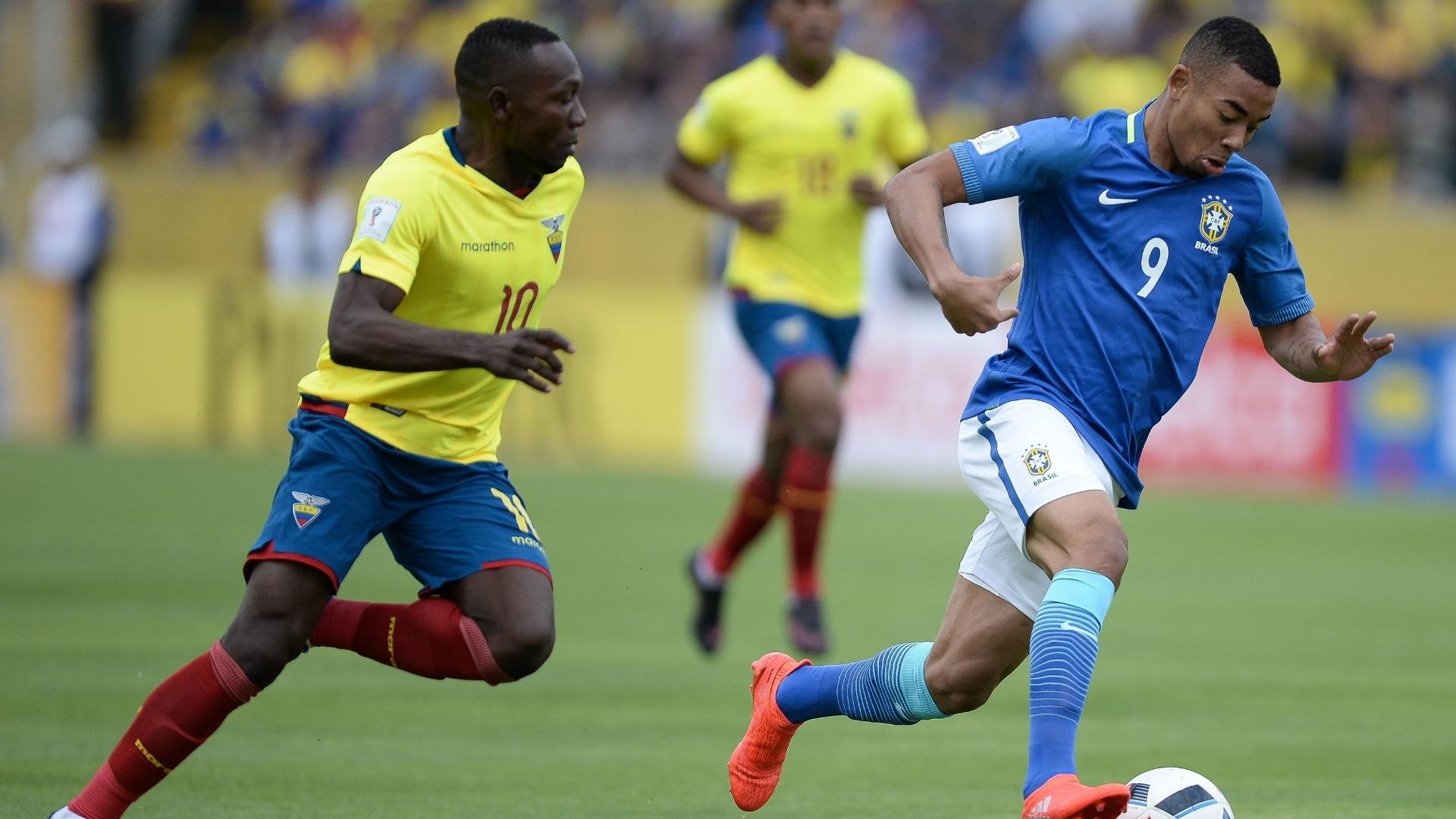 Gabriel Jesus dispara com a bola sob a marcação do adversário equatoriano