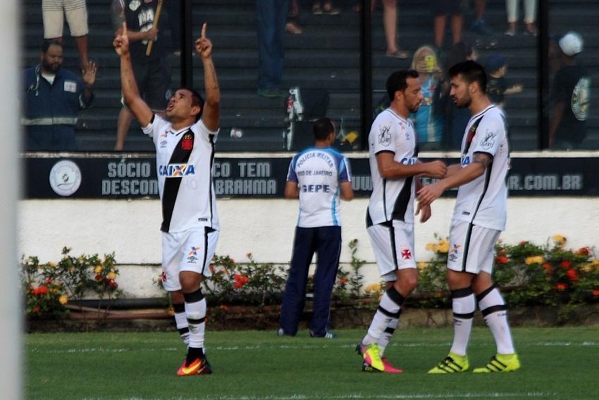 Vasco comemora segundo gol sobre o Oeste em São Januário