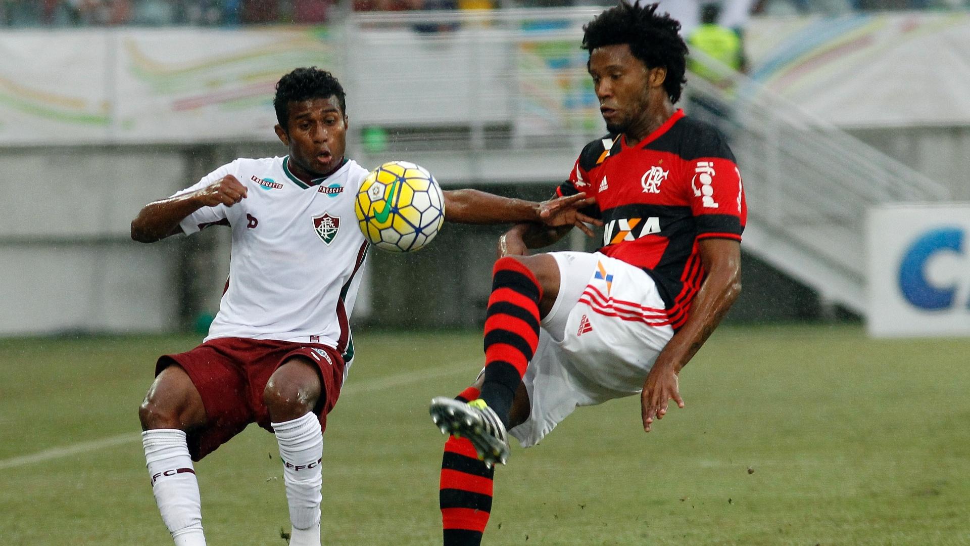 Maranhão e Rafael Vaz disputam bola no jogo entre Flamengo e Fluminense, em Natal