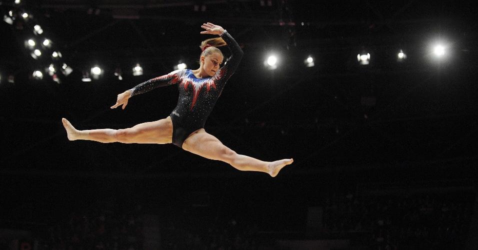 Valentine Pikul, da França, salta em sua apresentação na trave durante a eliminatória do Mundial de ginástica artística em Glasgow