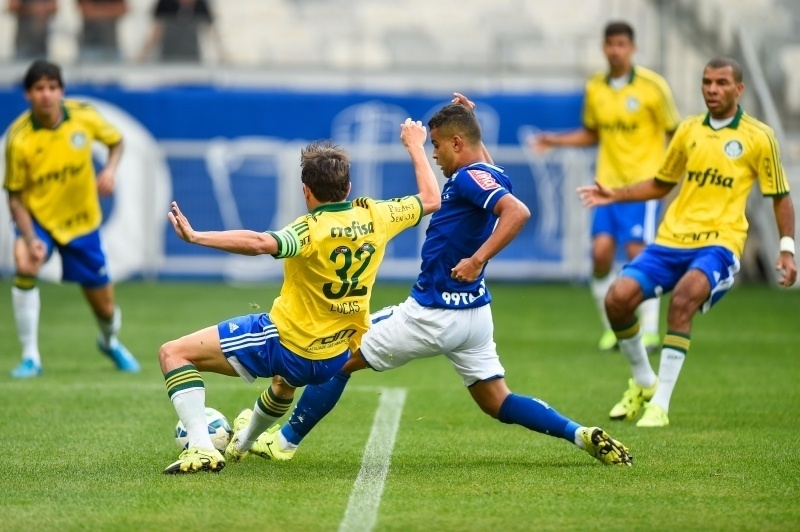Lucas tenta fazer a marcação pelo Palmeiras no jogo contra o Cruzeiro, no Brasileirão