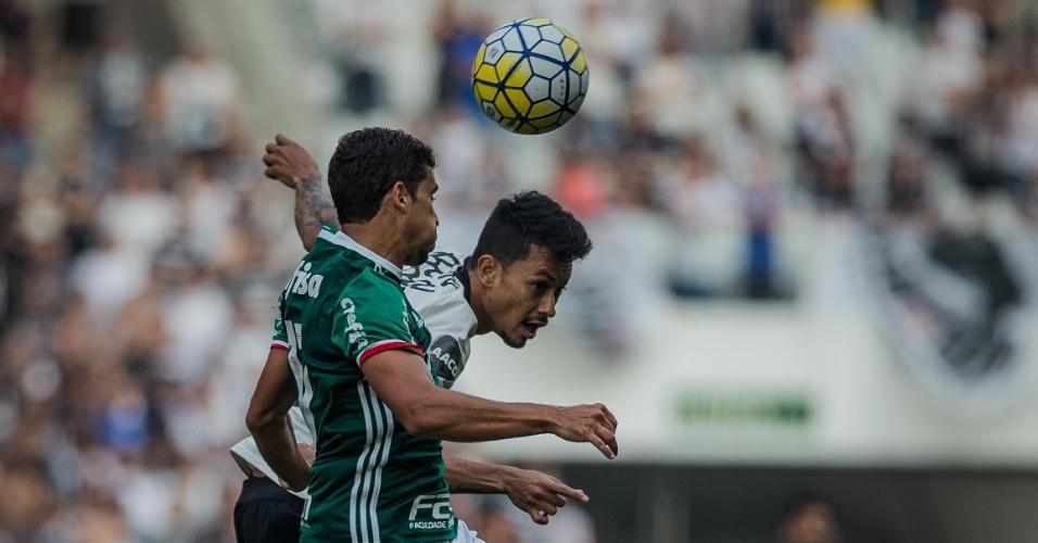 Jean disputa bola pelo alto com atacante do Corinthians no clássico deste sábado