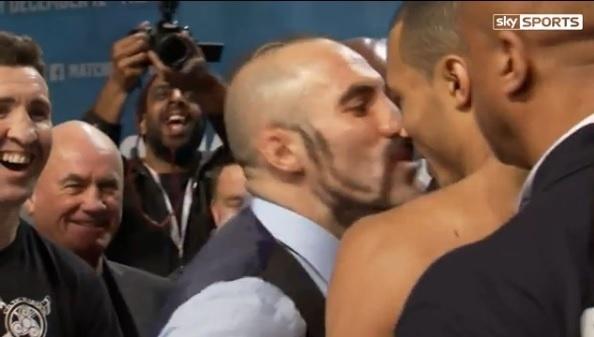 Lutador de boxe beija adversário durante encarada
