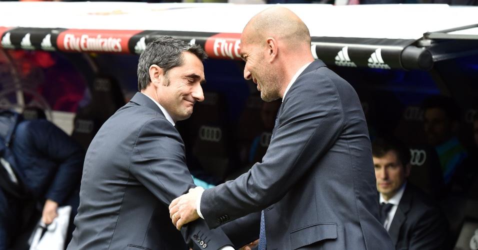 Zinedine Zidane, técnico do Real Madrid, cumprimenta Ernesto Valverde, do Athletic Bilbao, no encontro entre os dois times pelo Campeonato Espanhol