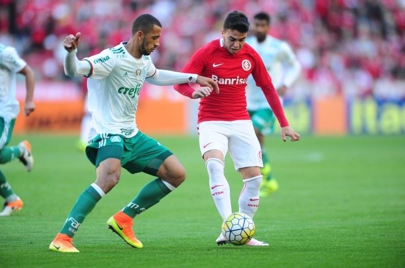 Andrigo encara a marcação de Vítor Hugo na partida Internacional x Palmeiras