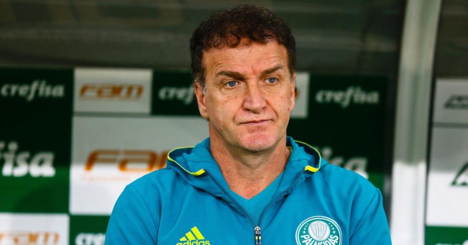 Cuca observa a partida entre Palmeiras e Botafogo-PB