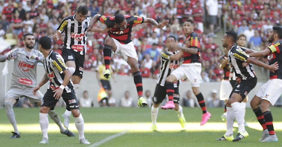 Jogadores de Santos e Flamengo disputam bola cruzada na área do time paulista