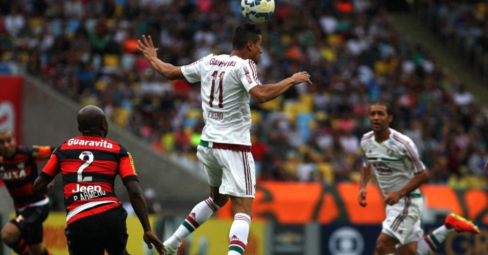 Jogadores de Flamengo e Fluminense disputam a bola durante clássico carioca no Maracanã