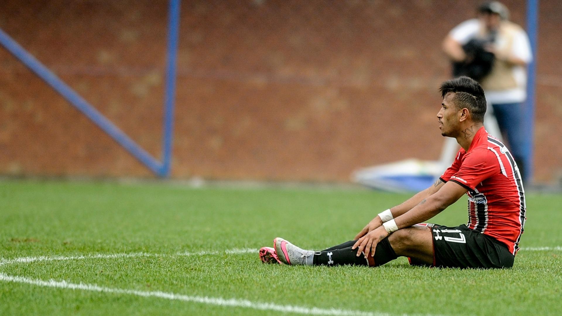 Jogador do São Paulo se lamenta em partida contra o Avaí pela 27ª rodada do Brasileirão