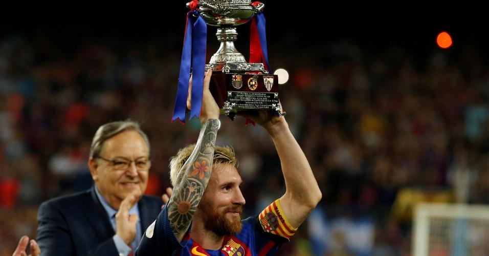 Capitão Messi levanta o troféu do título da Supercopa da Espanha