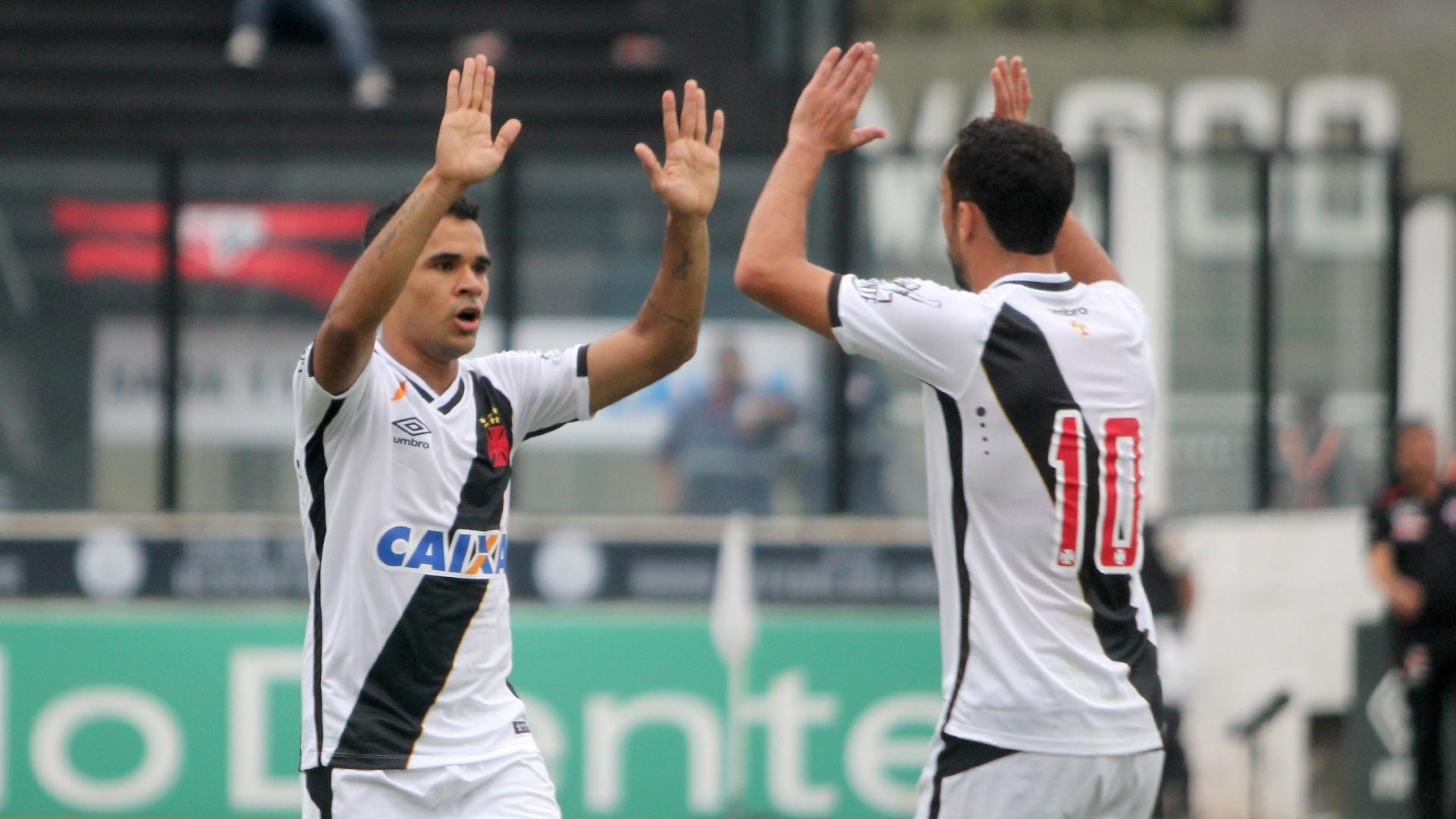 Éderson e Nenê comemoram a vitória do Vasco sobre o Atlético-GO