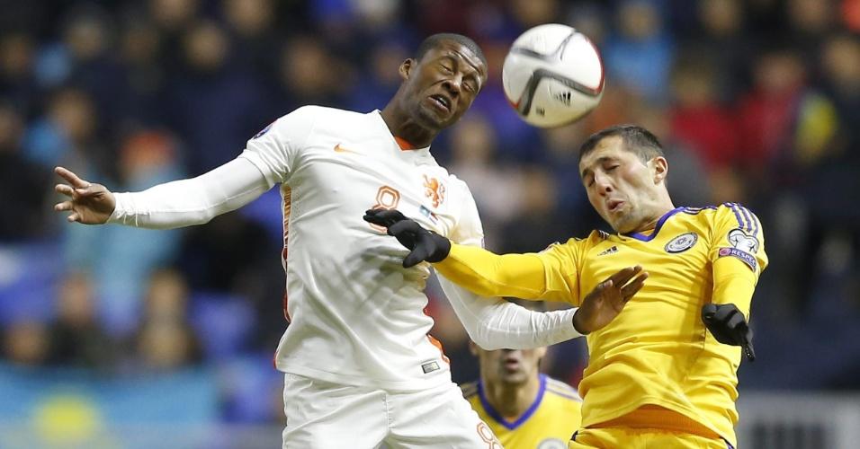 Wijnaldum, da Holanda (à esquerda, de branco), disputa a bola com Gafurzhan Suyumbayev, da Cazaquistão, em jogo válido pelas Eliminatórias para a Euro 2016