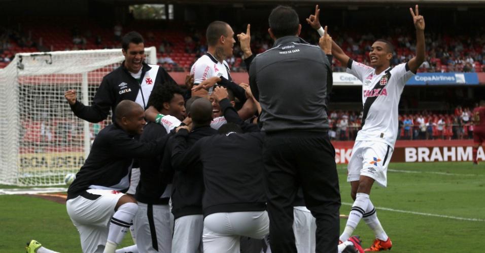 Jogadores do Vasco comemoram o gol que representava a virada do Vasco sobre o São Paulo. O jogo terminou empatado