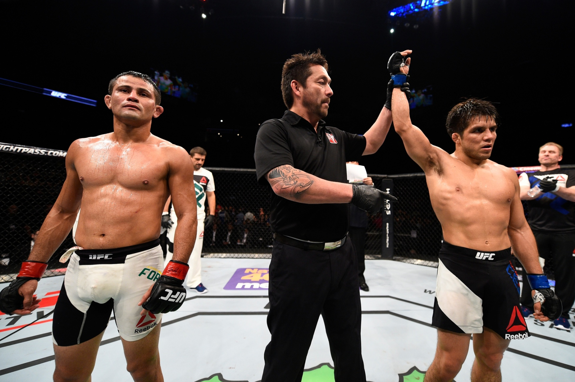 Árbitro Mario Yamasaki anuncia a vitória de Henry Cejudo em luta contra Jussier Formiga no UFC Fight Night disputado em Monterrey, no México