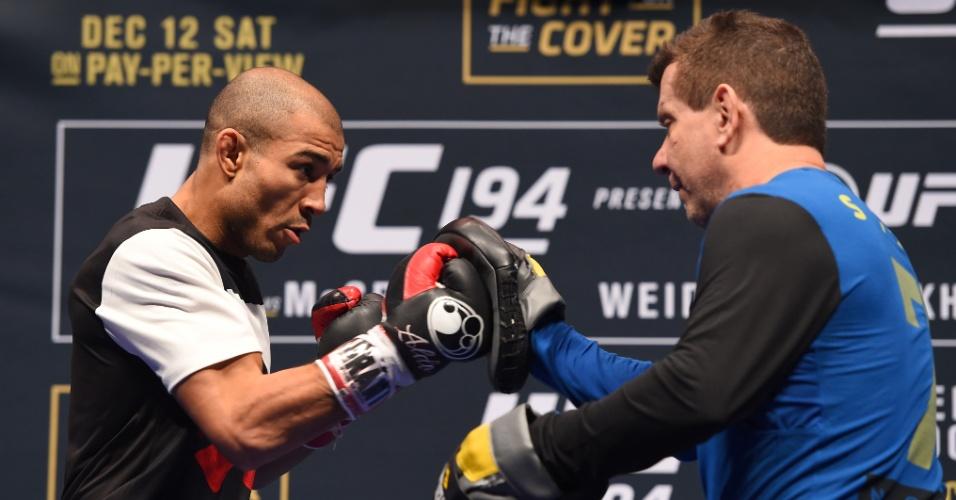 Aldo treina socos com Dedé Pederneiras no treino aberto do UFC 194