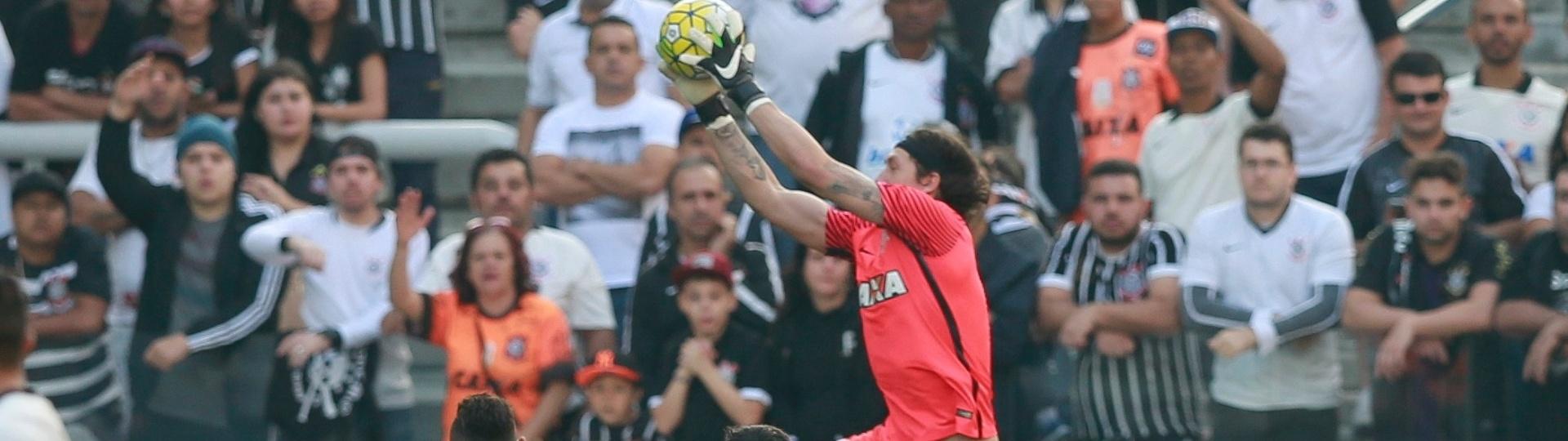 Cássio agarra a bola durante a partida entre Corinthians e Botafogo