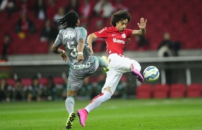 Valdivia tenta conduzir a bola enquanto Arouca aperta a marcação