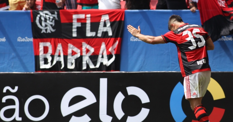 Diego comemora perto da torcida o gol na estreia vitoriosa pelo Flamengo