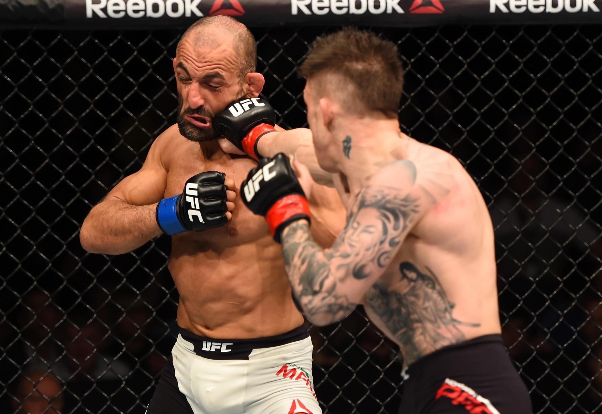 Reza Madadi (esq.) é golpeado por Norman Parke, em luta no UFC Irlanda, neste sábado (24); Parke venceu por decisão unânime dos juízes