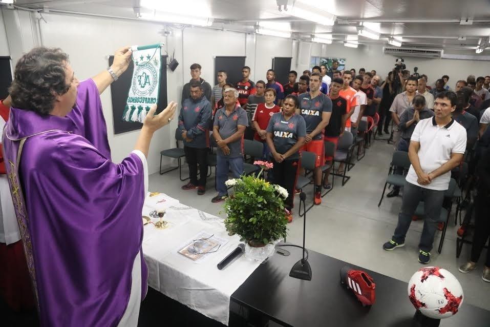 Padre celebra missa e mostra flâmula da Chapecoense no Ninho do Urubu