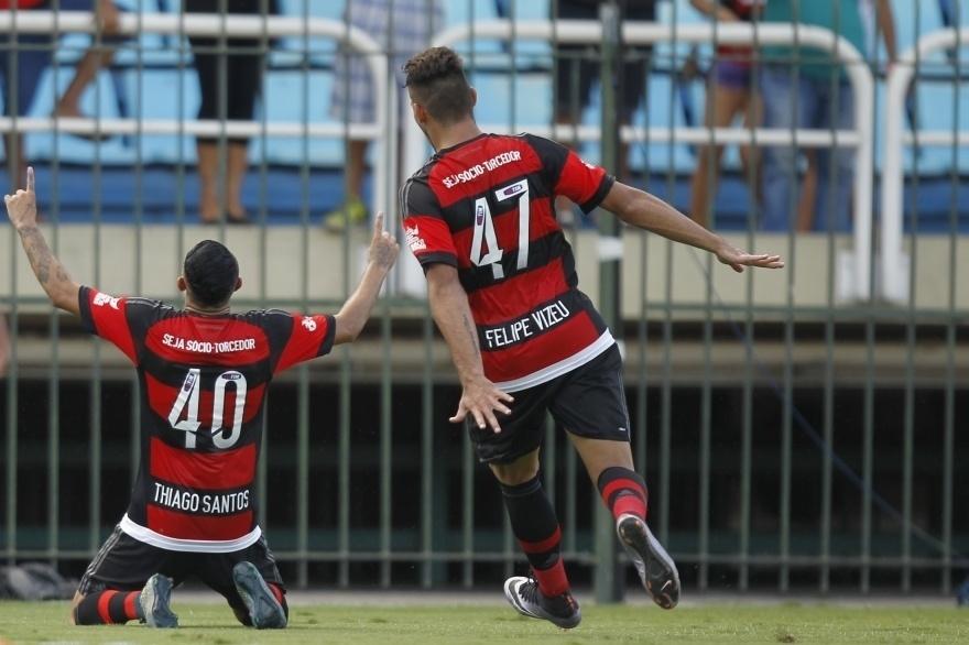 Felipe Vizeu e Thiago Santos comemoram gol do Flamengo sobre o Bangu