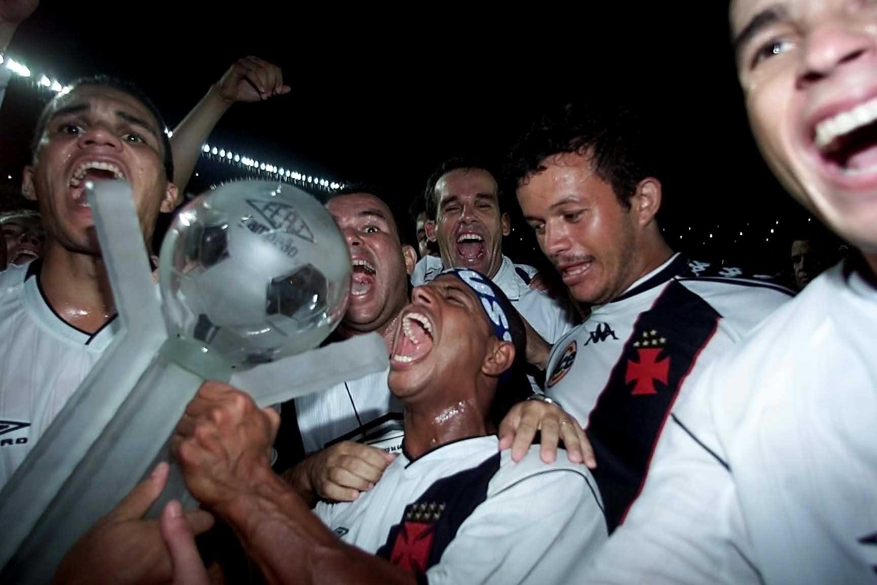 Marcelinho Carioca comemora o título do Campeonato Carioca conquistado com a camisa do Vasco, em 2003