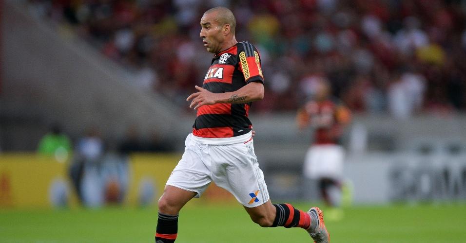 Emerson Sheik conduz a bola em seu primeiro jogo após o retorno ao Flamengo