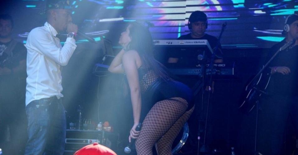 28.jun.2015 - Anitta se apresenta em casa noturna no Rio de Janeiro. O show foi prestigiado pelo atacante do Barcelona e da seleção brasileira, Neymar