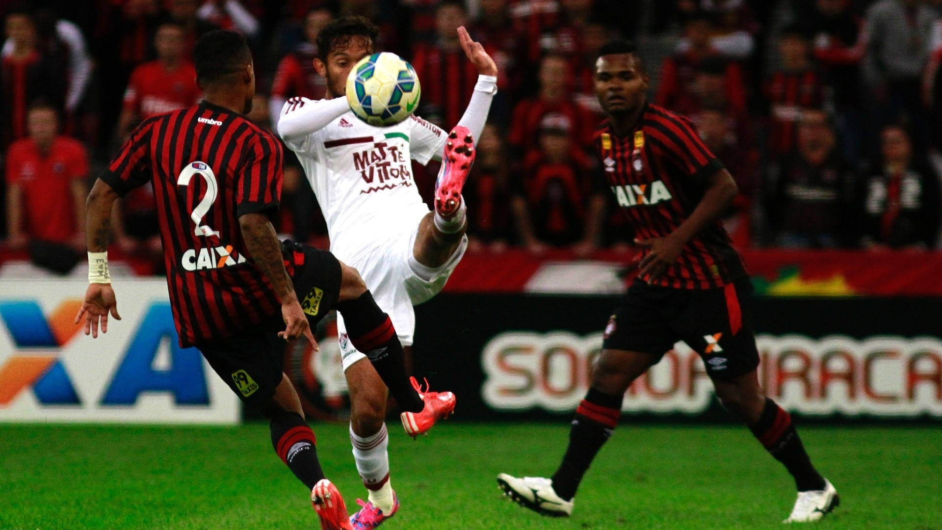 Gustavo Scarpa tenta ficar com a bola na partida do Fluminense contra o Atlético-PR