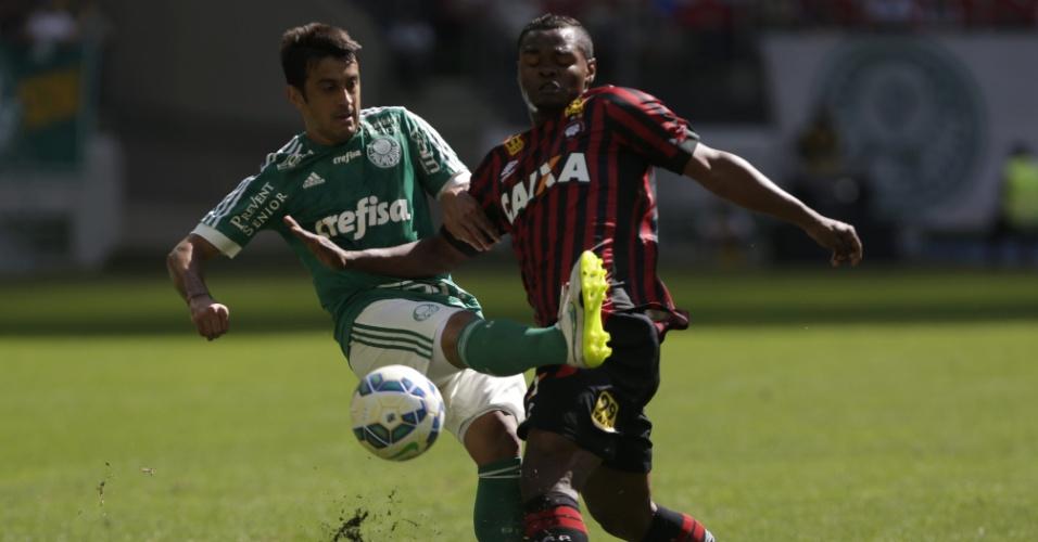 Robinho encara a marcação no duelo entre Palmeiras e Atlético-PR pelo Campeonato Brasileiro