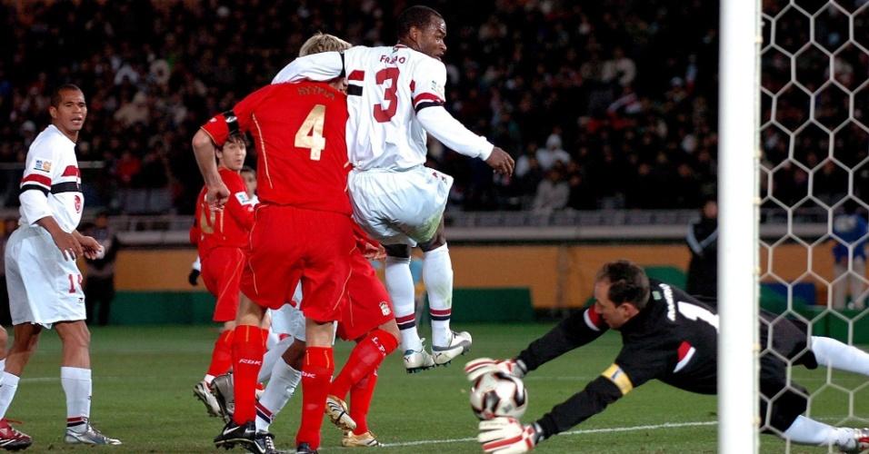 Rogério defende finalização na partida entre São Paulo e Liverpool, pelo Mundial de Clubes de 2005