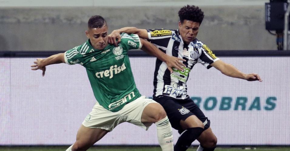 João Pedro, do Palmeiras, disputa bola com Marquinhos Gabriel, do Santos