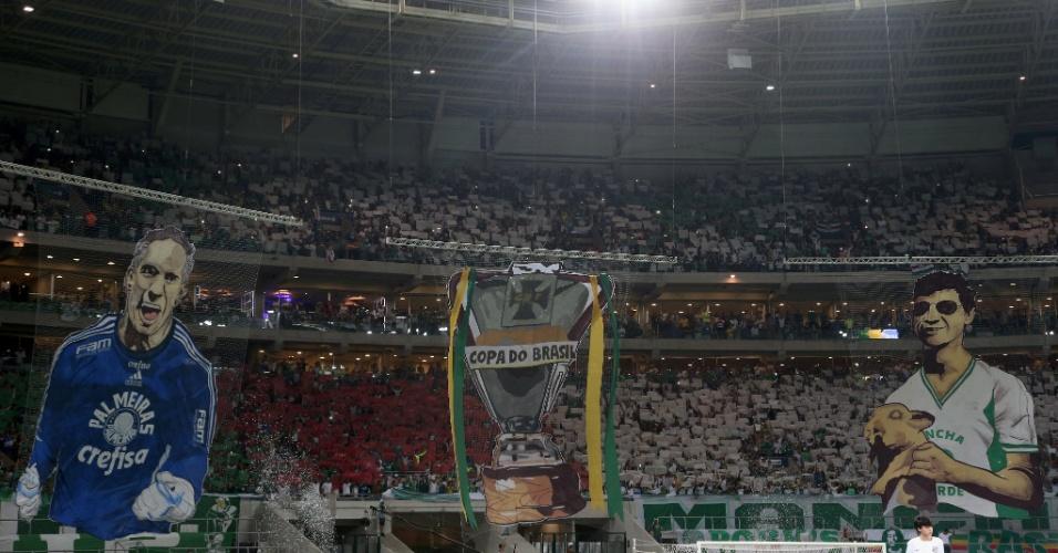 Torcida do Palmeiras faz mosaico com o goleiro Fernando Prass e Cléo, ex-presidente da Mancha Verde