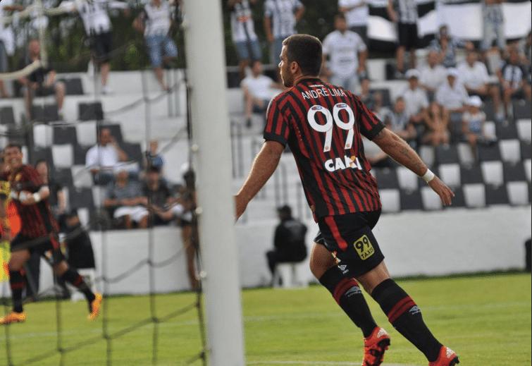 André Lima comemora um de seus gols em sua estreia pela Atlético-PR conta o Operário