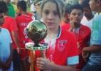 Laura, 12, podia jogar futebol com meninos, mas agora não pode mais