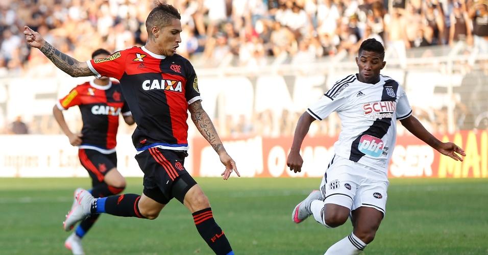 Guerrero disputa bola com Rodinei, da Ponte, na partida entre Fla e Ponte Preta pelo Campeonato Brasileiro